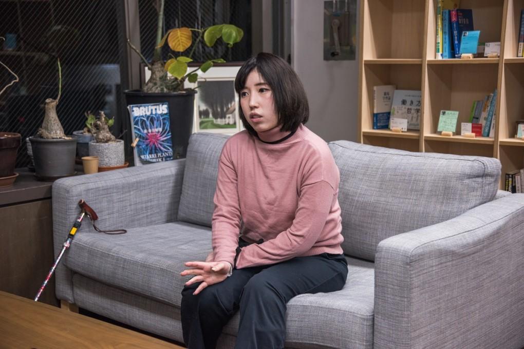 konatsu-san explaining photo