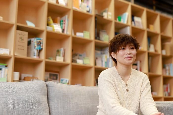 photo of Nasu-san with chigaLabo board